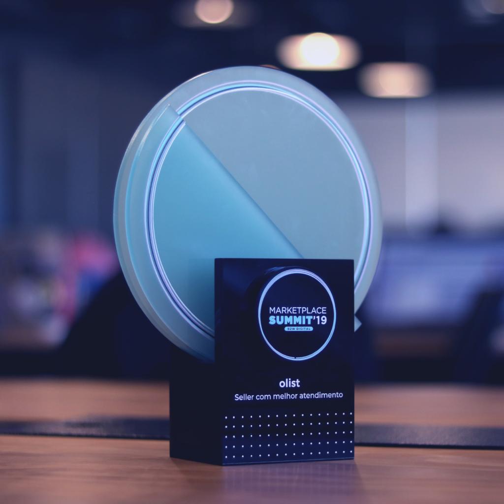 Troféu recebido pelo Olist na categoria Seller com melhor atendimento, no prêmio B2W Marketplace Summit 2019.